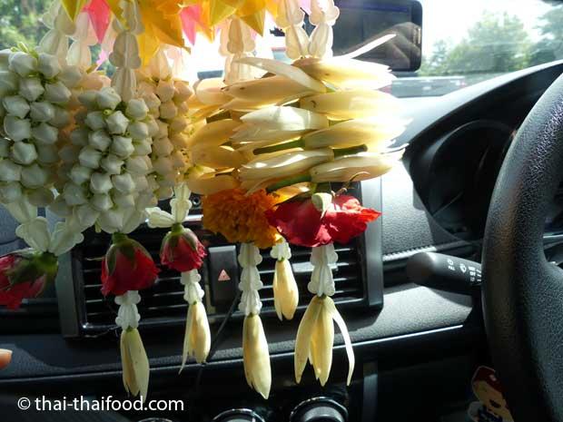 Blumengebinde im Auto